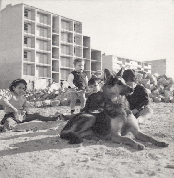 Niños jugando en el Poblado Dirigido de Fuencarral