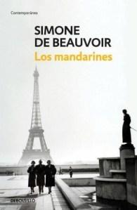 """Portada de """"Los mandarines"""". Dos mujeres y un hombre caminan juntos en la parte inferior de la imagen, la Torre Eiffel al fondo"""